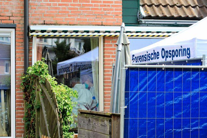 In de woning aan de Meerkoetmeen werd zondag uitvoerig onderzoek gedaan. Inmiddels zijn de tenten weer weg.