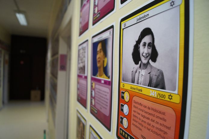 Op de muren hangen 500 kaarten, met (bekende) vertegenwoordigers van de verschillende levensbeschouwingen, geordend per kleur. Bart liet zich inspireren door de populaire Pokémonkaarten.