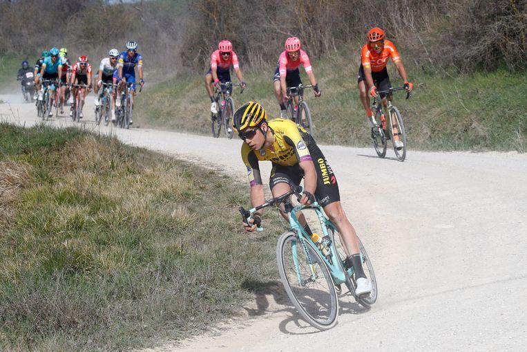 Wout van Aert voert de kopgroep aan op de Toscaanse grindwegen van de Strade Bianche. Beeld Photo News