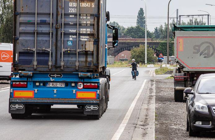 Vrachtwagens die voorbij fietsers razen omdat er geen afgescheiden fietspad is. Het is dagelijkse kost in de Gentse haven.