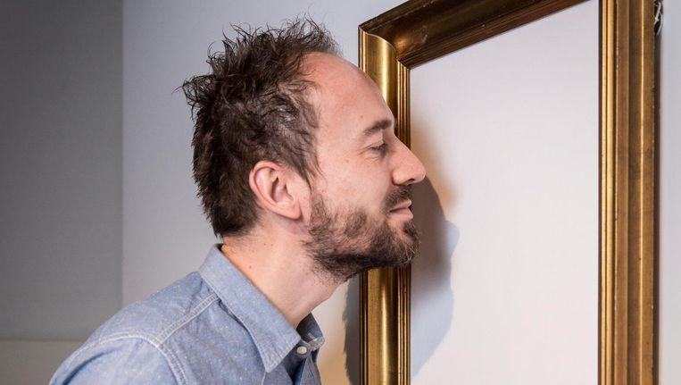 Geurkunstenaar Jorg Hempenius besnuffelt één van zijn composities in het Stedelijk Beeld Dingena Mol