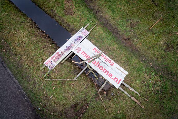 ALMELO - Op braakliggend terrein op de hoek Het Vossekamp/Hospitaalweg lag destijds een omgewaaid bord van failliete projectontwikkelaar Megahome.