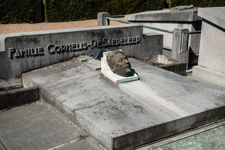 Het familiegraf waar Pierre Cornelis ligt begraven. In Aalst is een kade en het voetbalstadion van Eendracht naar hem genoemd. Beeld Wouter Maeckelberghe