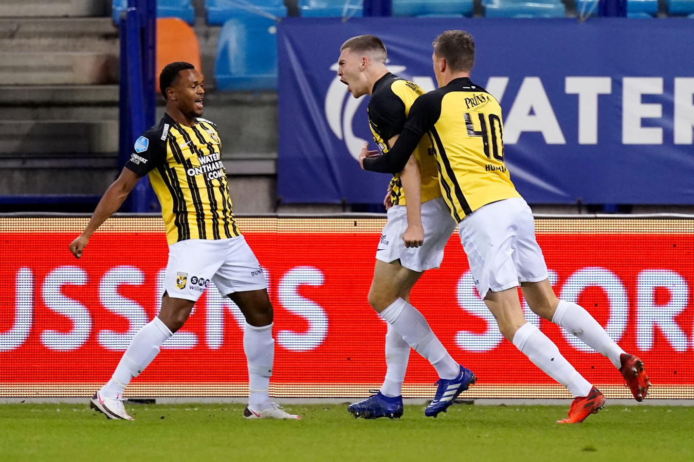 Lois Openda (links) en Daan Huisman (rechts) vieren het feestje mee met doelpuntenmaker Jacob Rasmussen.