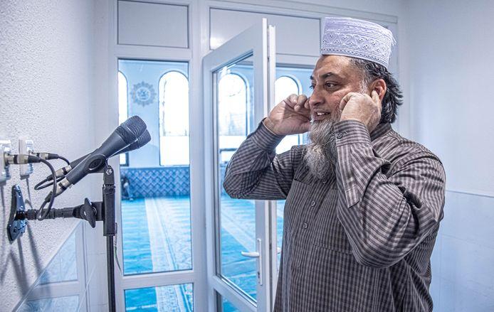 Imam Mohammed Cherief Goelab eerder dit jaar in de moskee bij de microfoons waar de gebedsoproep gedaan wordt.