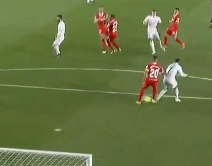 Il tiro finale di Kroos deviato dopo Diego Carlos ed Eden Hazard