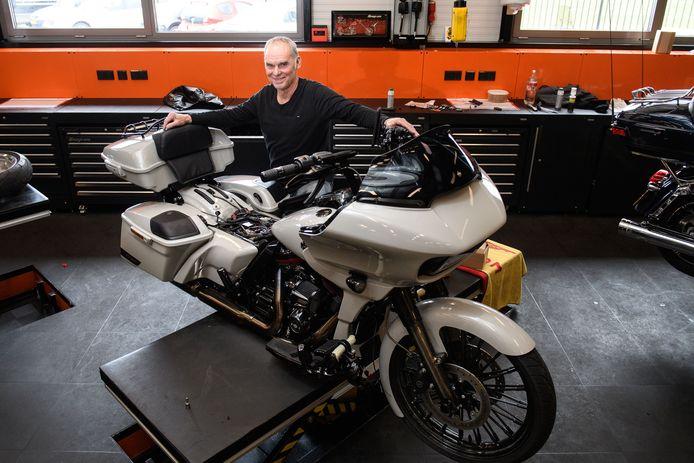 Gert Wessels neemt na 43 jaar afscheid van Oude Monnink Motors. Het werken aan motoren is schoner dan auto's, vindt hij. Er staat immers geen lekkend voertuig boven je op de brug.