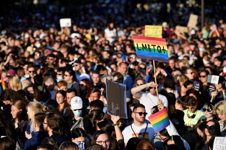 Demonstranten, afgelopen maandag, tegen de nieuwe wet van Viktor Orbán die verbiedt dat kinderen op telvisie homostellen kunnen zien. De wet is ondanks het protest aangenomen. Beeld REUTERS