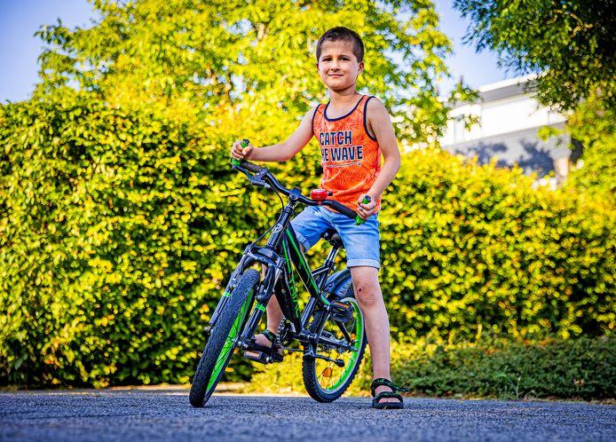 Felipe op de plek waar hij van zijn fiets is gereden door een wielrenner.