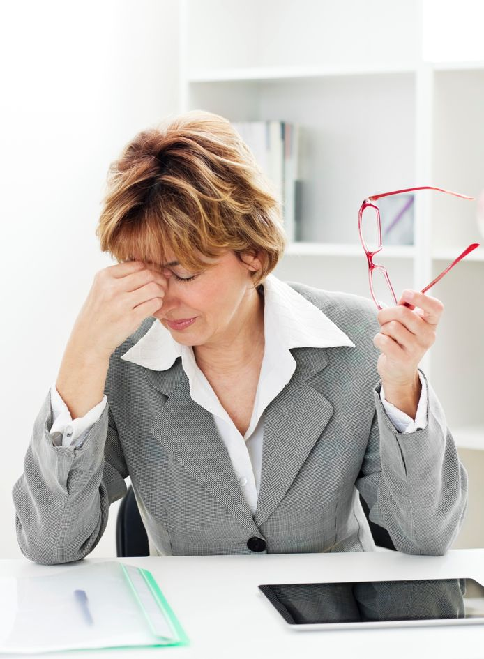 Symptomen zijn onder meer een kort lontje, last van stemmingswisselingen, vormen van depressiviteit, een niet al te positief zelfbeeld, pijn in de borsten en andere lichamelijke klachten zoals hoofdpijn en migraine.