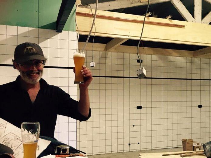 Erwin van de Velde in de ruimte waar de brouwerij wordt gebouwd.