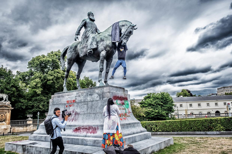 Een poging om het Leopold-II-beeld op het Troonplein te bedekken liep met een sisser af. Beeld Tim Dirven