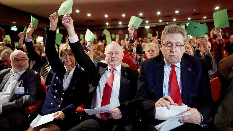 Henk Krol (rechts) tijdens de stemmingen bij de algemene ledenvergadering van 50Plus. Beeld Anp
