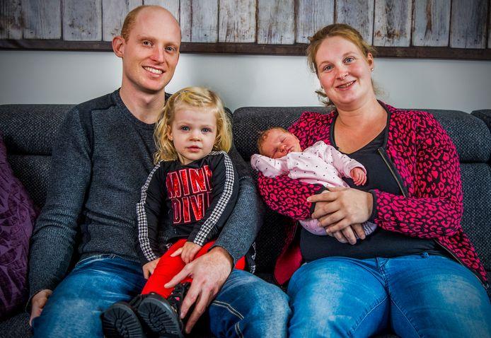 Cynthia en Michel waren onderweg naar het ziekenhuis, maar de baby besloot niet langer te kunnen wachten. Vivienne kwam ter wereld op de vluchtstrook van de A29.