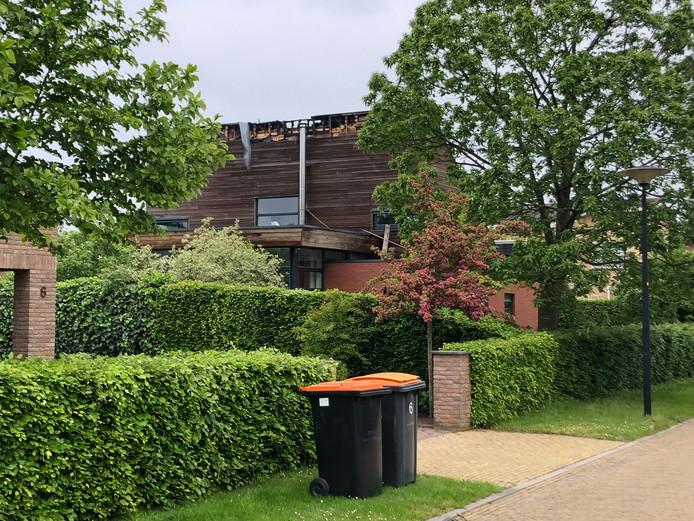 Een deel van het dak ging verloren bij de brand, die ontstond door blikseminslag.