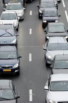 File op A73 door kapotte auto: rechterrijstrook dicht
