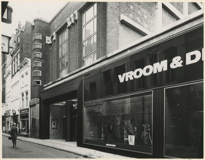De ingang van Vroom en Dreesmann in de Spuistraat in 1966.