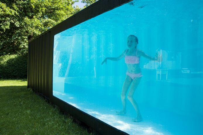 Suki geniet al voor de vierde zomer op rij van haar zwemcontainer.