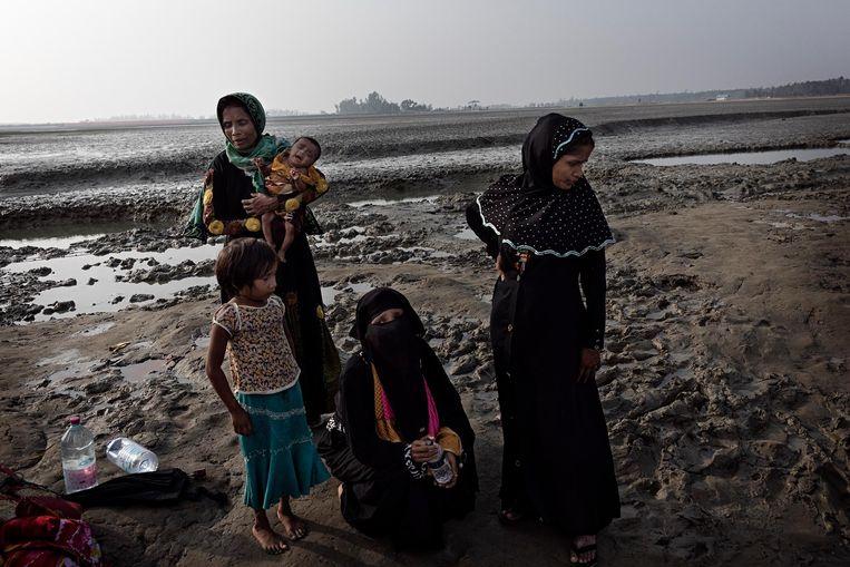 Roseda met kleindochter Reshma (3 maanden) en dochters Solima (5) en, geheel rechts, Kismat (16, moeder van Reshma). In het midden medevluchteling Pormin (18). Beeld Daniel Rosenthal / de Volkskrant