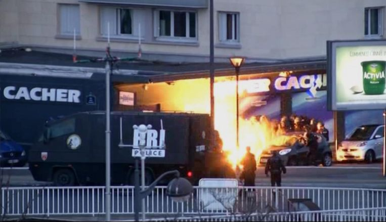De Franse politie bestormt de supermarkt waar een gijzeling plaats heeft Beeld ap