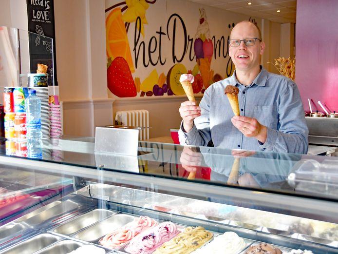Daniel Schoonaard van  IJssalon het Droomijsje in Breskens kijkt uit naar het weekend: het wordt ijsjesweer!