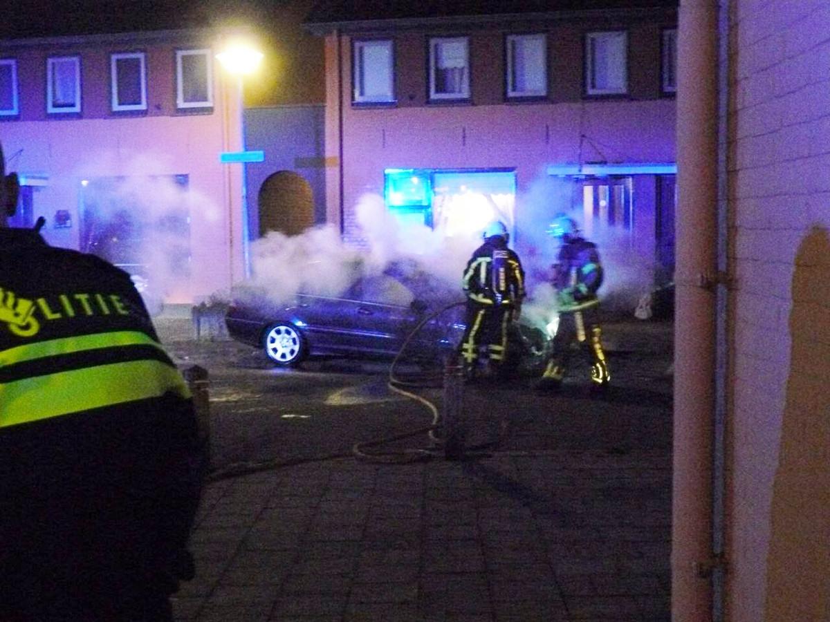 De auto is aan de voorkant volledig uitgebrand.