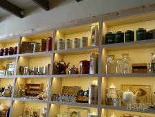 Emaille potten en leesplankjes van Michelle's in voormalig Cameramuseum Zierikzee