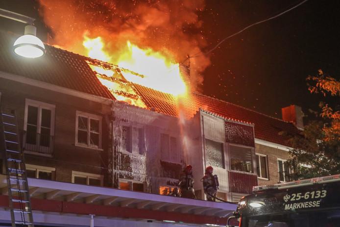 De felle brand woedde in een bovenwoning aan de Lange Nering in Emmeloord.