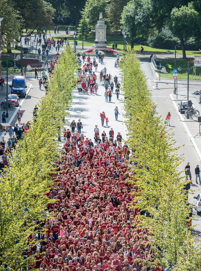 Het maken van een groepsfoto is een traditie tijdens de Roodharigendag in Breda. Op de foto verzamelen 1.800 mensen zich voor de foto in de Willemstraat.