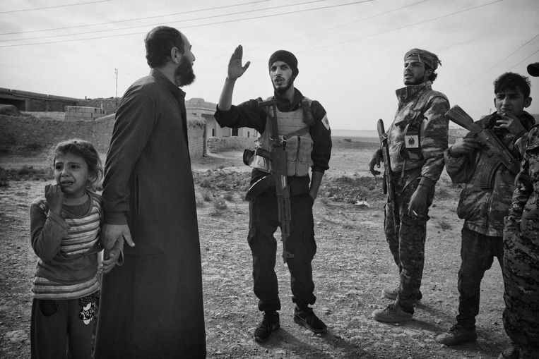 Syrie, november 2017, De race om de grond van ISHet laaste IS bolwerkEen Arabishe vader komt voorzichtig vragen nar de stand bij de soldaten, zijn dochtertje echter , is doodbang.Syriac militairy council MFS strijders samen met SDF strijders , starten een offensief om IS te verdrijven uit de dorpen. Met een mijnen ruimer voorop spoedt de colonne zich door de grote leegtes. *** Local Caption *** SDF , PYD de USA en het Syriesche regerings leger samen met Rusland en Iran, strijden allen om de laaste meters die ISis achterlaat bij hun vlucht, de strategische regio is inzet van het laatste deel van het conflict met ISIS. Beeld Eddy van Wessel