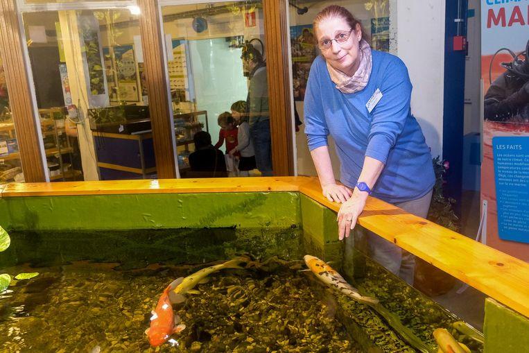 Danielle bij enkele van haar vissen in het Aquarium.