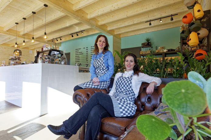 Koffie- en theehuis Koekkoek in Berlicum:  Wendy van den Hanenberg (links) en Marloes Mutsaars baten dit nieuwe bedrijf uit.