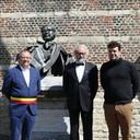 Burgemeester Koen T'Sijen, Willemsfonds-ondervoorzitter Jean-Pierre Clement en directeur Mattias Devuyst.