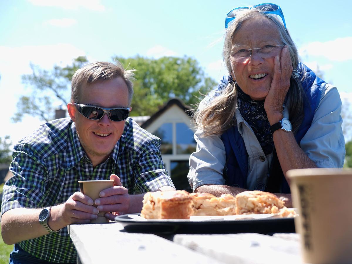 Marian de De Graaf-Posthumus en haar zoon David uit Wanneperveen. Zij richtte in 1988 de Stichting Downsyndroom op.