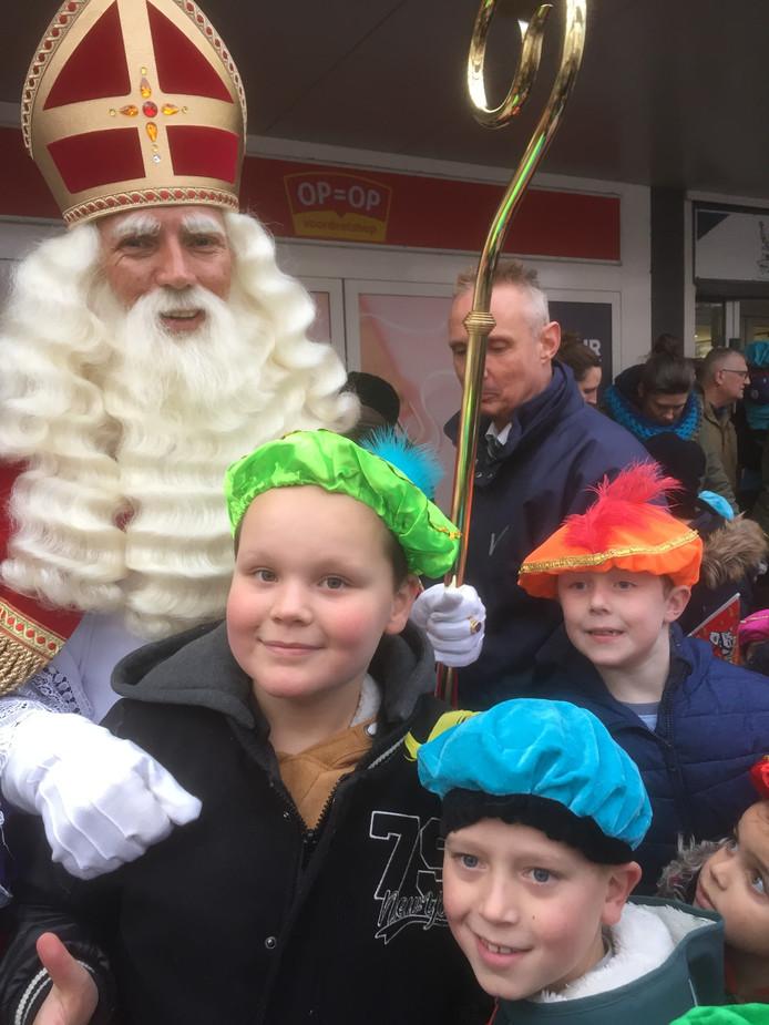Thijs, Milan en Steff gingen in Crabbehof in Dordrecht even op de foto met Sinterklaas.