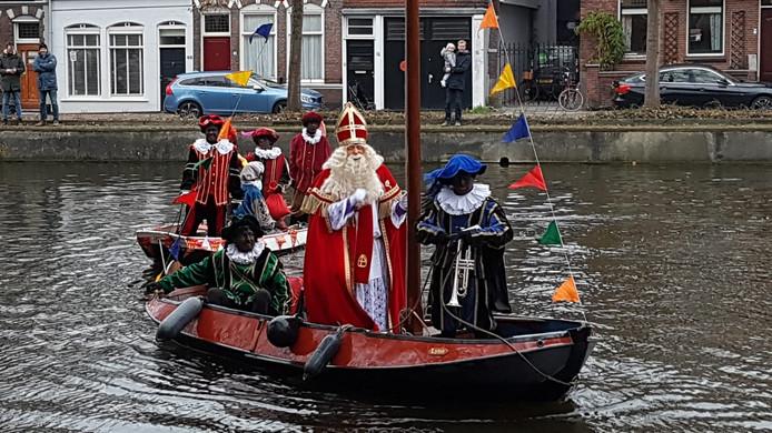Onderweg naar de Casimirschool in Gouda nam de Sint de goede, vertrouwde boot.