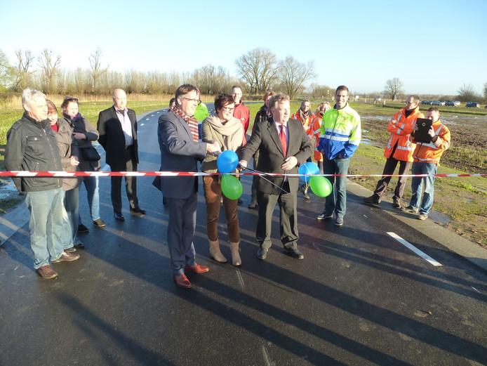 Goos den Hartog (Waterschap Rivierenland), Ien Stijns (directeur Slot Loevestein) en de Zaltbommelse wethouder Adrie Bragt openen officieel de nieuwe toegangsweg.