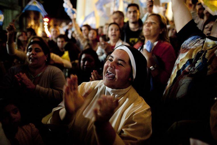 Gelovigen zingen en dansen bij de kathedraal in Buenos Aires. Beeld ap