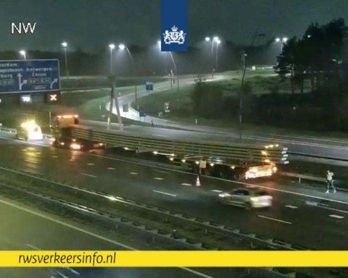 Vrachtwagen strandt op A2 bij Eindhoven.