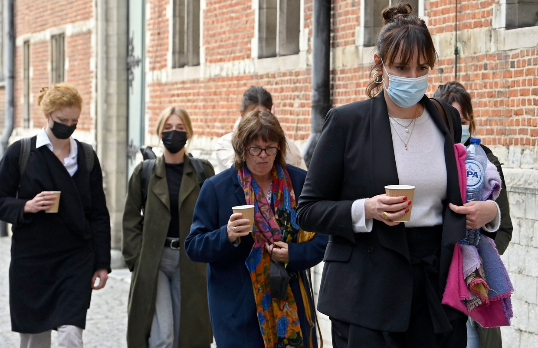 Aankomst bij de rechtbank. Achteraan links Helena De Craemer en Ella-June Henrard, vooraan rechts actrice Liesa Naert. Beeld Photo News