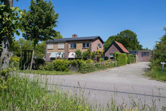 Herman en Wilma Achterhuis wonen aan de Lange Slagen. Achter hun huis (rechts op de foto) komt de nieuwe school, naast hun huis een fietspad en groenstrook.