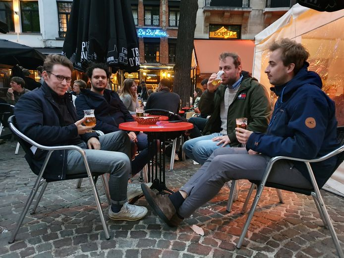 Anton, Jelle, Arne en Nicolas genieten van hun laatste drankje aan café De Duifkens op de Graanmarkt.