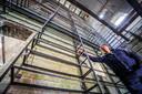 Hendrik Nelde toont het gigantische rek in brouwerij Feys waar meer dan 9000 verschillende bierglazen zullen staan pronken