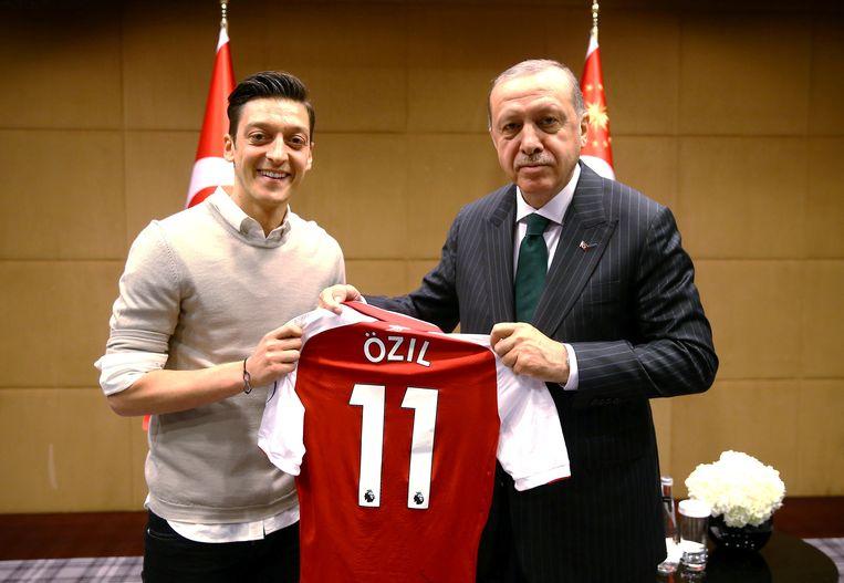 Özil overhandigt de Turkse president Erdogan zijn Arsenal-shirt. Beeld Reuters