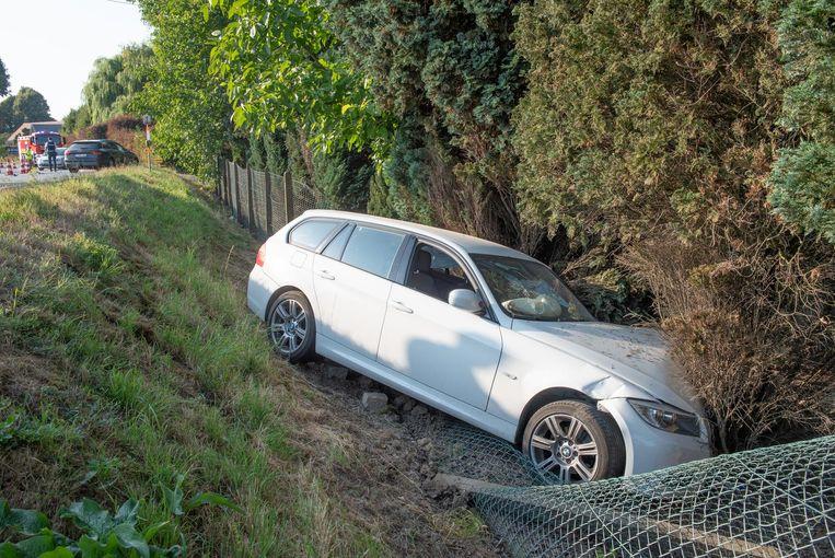 De BMW belandde in de berm naast de weg en boorde zich door een afsluiting.