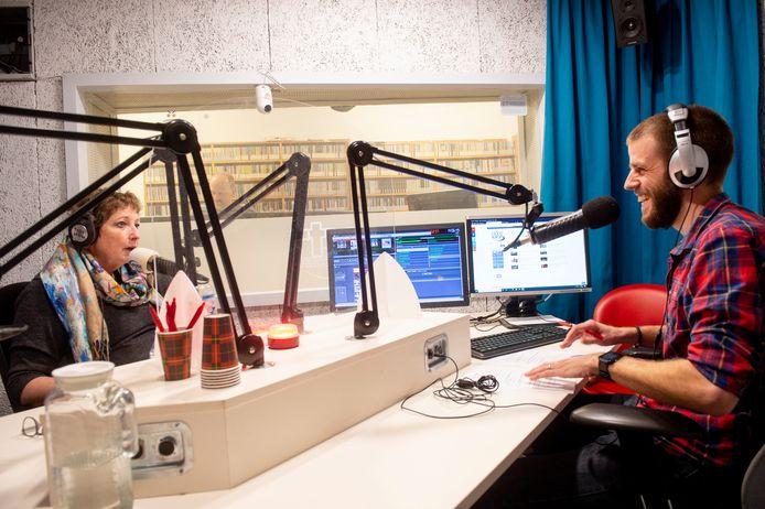 Een blik in de studio van RTV Apeldoorn, met hier Alma van de Blankevoort en Robbie Veldwijk.