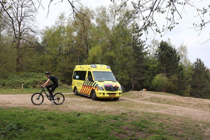 De ambulance kon tot vlakbij de plek van het ongeval bij het Zandgat in Lunteren komen.
