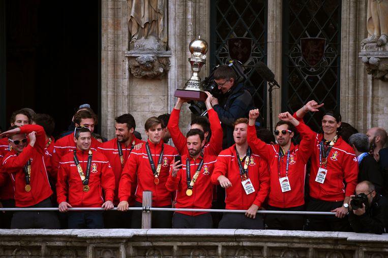 De Red Lions vieren hun titel op de Grote Markt van Brussel. Het is niet duidelijk welke drie spelers in het vizier van de onderzoekers staan.  Beeld Photo News
