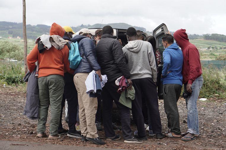 Migranten krijgen kleding uitgedeeld voor het opvangkamp bij Las Raíces  Beeld Alex Tieleman