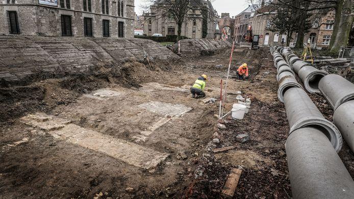 Ter hoogte van het Iers kruis worden de resten van het bisschoppelijk paleis duidelijk zichtbaar.